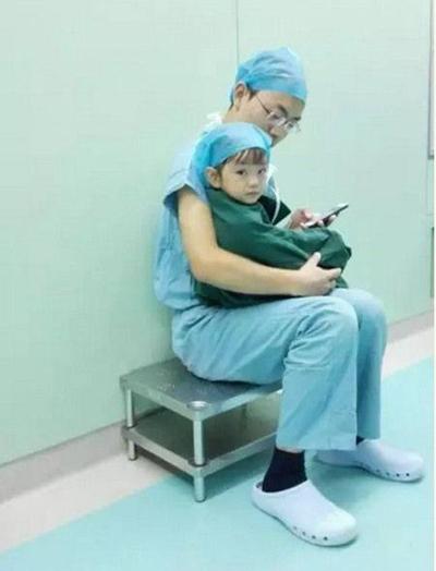 Sau đó em được đưa trở lại phòng phẫu thuật để tiến hành mổ tim. (Ảnh:Internet)