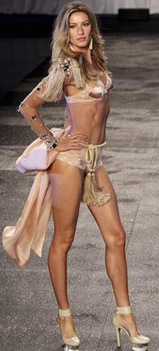 """Siêu mẫu nổi tiếng Gisele Bundchen từng chia sẻ với tạp chí Vogue rằng, sau khi sinh con, cô không cần gì ngoài một tấm thảm tập yoga. Yoga luôn được biết đến là bộ môn khiến cơ thể săn chắc, và thân hình hoàn hảo như tạc của Gisele dường như là một """"minh chứng sống"""" của việc luyện tập yoga."""