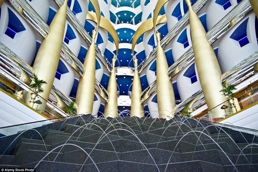 = Bạn sẽ hoàn toàn bị choáng ngợp và hoa mắt bởi vẻ lộng lẫy của sảnh khách sạn Jumeirah's Burj Al Arab ở Dubai – được trang trí bởi vàng lá và một đài phun nước khổng lồ.(Nguồn: Daily Mail)