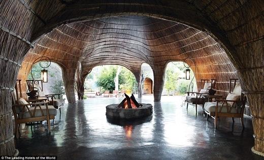 Còn khách sạn Shambala Game Reverse ở Vaalwater, Nam Phi thì đậm phong cách truyền thống của Zulu với vật liệu từ thiên nhiên, lò sưởi và nghệ thuật điêu khắc trên gỗ.(Nguồn: Daily Mail)