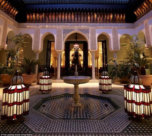 Khách sạn La Mamouni ở Marrakech tái hiện lại lối kiến trúc Moroccan với những ngọn đèn được thiết kế tinh xảo và những cây cột khổng lồ.(Nguồn: Daily Mail)