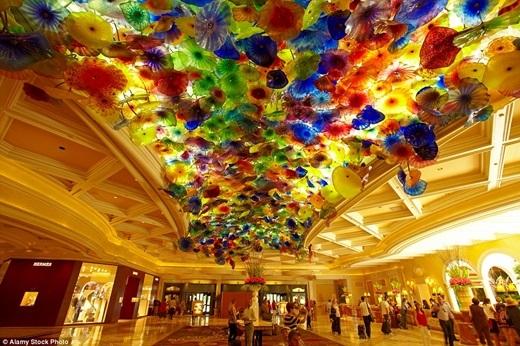 Cận cảnh trần nhà cẩm thạch đủ màu với 2000 quả cầu hoa bằng thủy tinh tại sảnh khách sạn Bellagio ở Las Vegas.(Nguồn: Daily Mail)