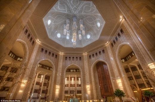 Với lối vào như trongmột thánh đường lộng lẫy kết hợp với phong cách hoàng gia Ả Rập, sảnh khách sạn Al Bustan Palace ở Oman thật sự là một công trình kiến trúc vĩ đại.(Nguồn: Daily Mail)