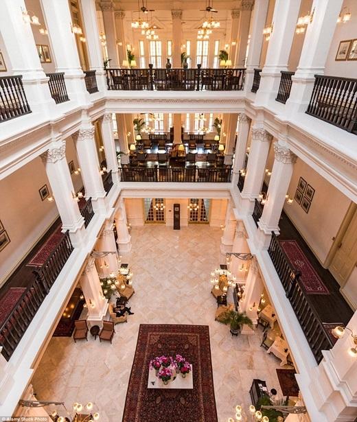 Sảnh đường hạng sang của khách sạn Raffles, Singapore chỉ có thể diễn tả bằng hai từ: cổ điển và tinh tế. Khách sạn này được xây dựng năm 1887 và là một trong những biểu tượng đáng tự hào của đảo quốc xinh đẹp này.(Nguồn: Daily Mail)