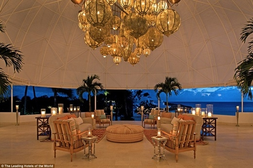 Từ sảnh khách sạn Maundays Bay ở quần đảo Tây Ấn có thể trông ra bãi cát trắng và làn nước trong xanh của biển Cap Juluca.(Nguồn: Daily Mail)