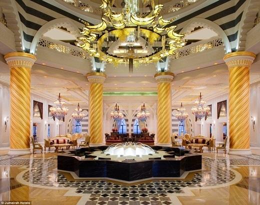 Du khách sẽ bị vẻ sang trọng của những chiếc ghế sofa, đài phun nước, những ngọn đèn lấp lánh ở sảnh khách sạn Jumeira's Zabeel Sary quyến rũ.(Nguồn: Daily Mail)