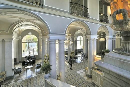 Không chỉ nằm ở vị trí thuận lợi – gần hồ Como thơ mộng, khách sạn Villa d'Este còn có một sảnh lớn có thể chiếm được cảm tình của bất kì du khách nào.(Nguồn: Daily Mail)