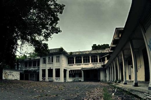 Bệnh viện Changi cũ chỉ còn là một tòa nhà hoang, cũ kĩ và âm u.(Nguồn: Internet)