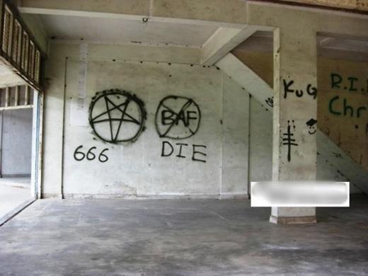 Bên trong căn nhà ma là những hình vẽ nguệch ngoạc...(Nguồn: Internet)
