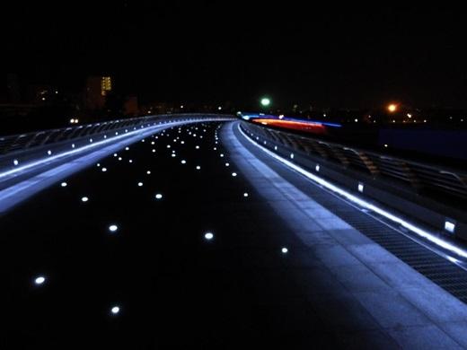 """Đi trên cầu Ánh Sao, bạn có cảm thấy như mình đang lạc giữa một """"rừng lồng đèn""""lấp lánh không? (Nguồn: Internet)"""