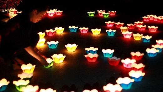 Ngay giữa Sài Gòn đông đúc và nhộn nhịp vẫn có lễ hội thả đèn hoa đăng cực lãng mạn và ý nghĩa.(Nguồn: Internet)