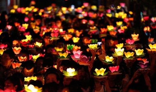Trước khi thả đèn, nhớ ghi điều ước hay lời chúc phúc, cầu sức khỏe vào đèn nữa nhé. (Nguồn: Internet)
