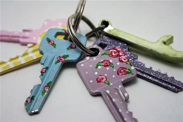 Sơn toàn bộ chìa khóa bằng nhũ móng tay và vẽ họa tiết trên thân chìa khóa.