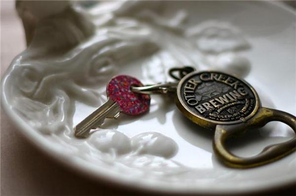 Sơn thân chìa khóa bằng nhũ móng tay và rắc nhũ nhiều màu lên trên.