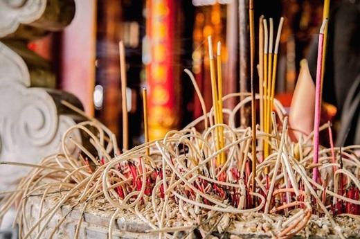 Lư hươngở chùa Bạch Mã, Hà Nội.(Nguồn: Matador Network)