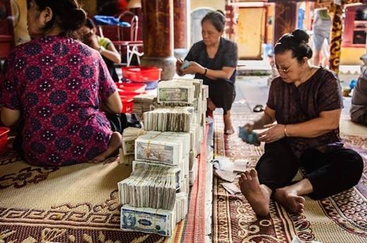 Đếm tiền từ thiện ở chùa Bạch Mã, Hà Nội.(Nguồn: Matador Network)