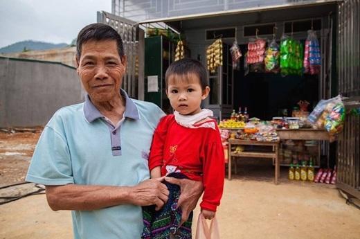 Ông và cháu trước một cửa hàng tạp hóa – thị trấn Đồng Văn, tỉnh Hà Giang.(Nguồn: Matador Network)