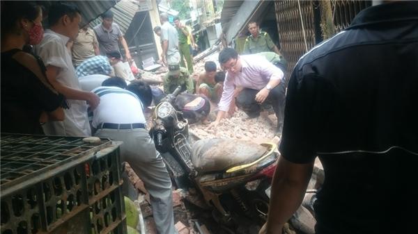 Đào những đống đổ nátđể đưa người bị nạn ra ngoài. (Ảnh: FB)