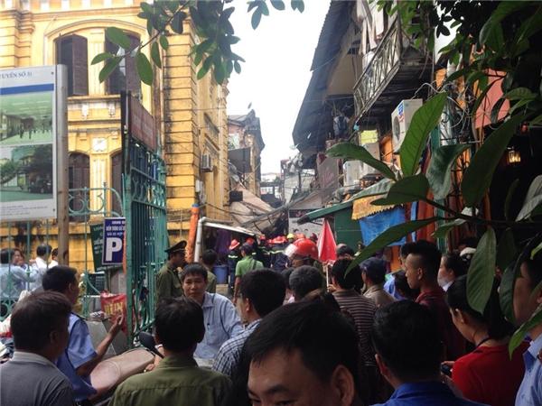 Sập nhà kinh hoàng ở Hà Nội, nhiều người mắc kẹt bên trong
