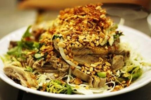 Từng miếng thịt vịt mềm mại được xé nhỏ nằm xen lẫn trong các loại rau, đậu phộng, tỏi phi.Bạn còn chờ gì mà không chấm ngay vào chén nước mắm pha mặn mặn ngọt ngọt?(Nguồn: Internet)