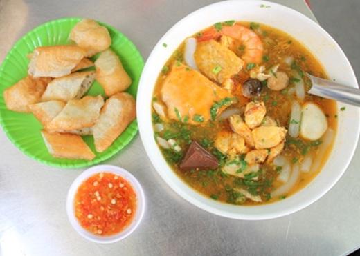 Hầu như ở quận nào của Sài Gòn cũng có món bánh canh cua nhưng riêng quán tạiđường Võ Văn Tần rất đáng để bạn thử, nhất là trong mùa mưa lành lạnh như gần đây. Chỉ cần nhìn màu đỏ của nước lèo, thịt cua, tôm là đủ thấy ấm áp rồi.(Nguồn: Internet)