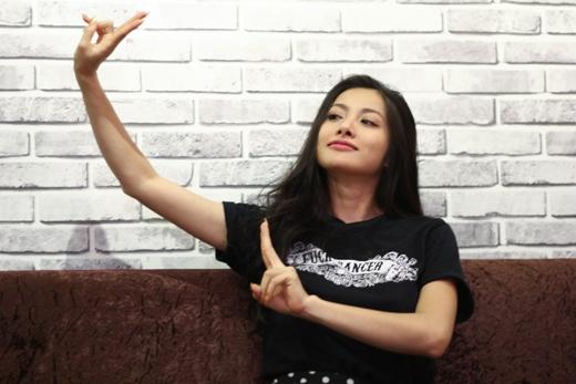 Yaya Trương Nhi với hình ảnh vô cùng nhí nhảnh trong buổi giao lưu trực tuyếnCaféchống ế cùng fan