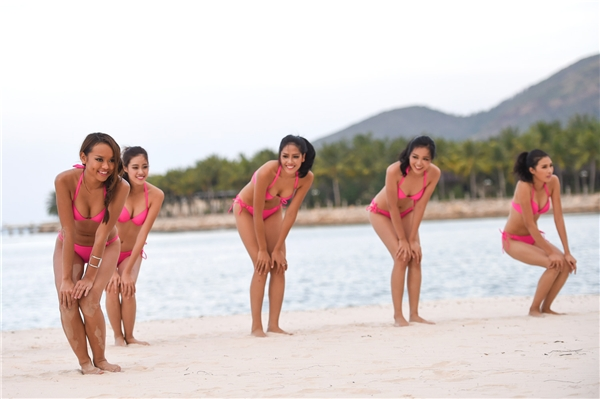 Người đẹp HHHV Việt Nam 2015 diện bikini gợi cảm chơi bóng chuyền