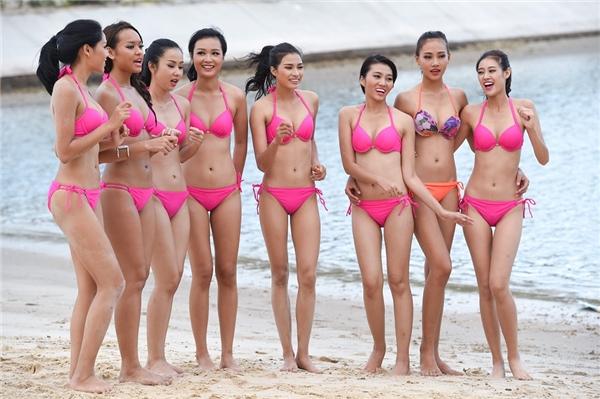 Thí sinh Trần Thị Thùy Trang (bikini màu cam) 18 tuổi đến từ Thừa Thiên - Huế nổi bật giữa các đàn chị. Thùy Trang cao 1m79,5 và mới tốt nghiệp trung học phổ thông.