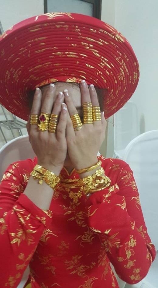 Cô dâu Quảng Nam với hai tay đầy vàng.(Nguồn: Internet)