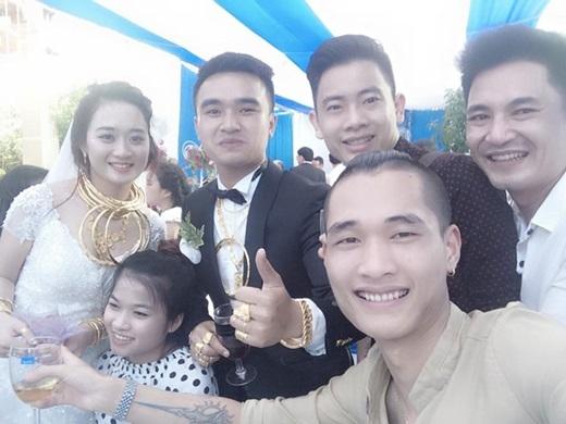Không phải ai xa lạ, chú rể của đám cưới này chính là anh trai của cô dâu T. Dung trong đám cưới vàng ở Hương Sơn cách đây một năm.(Nguồn: Internet)