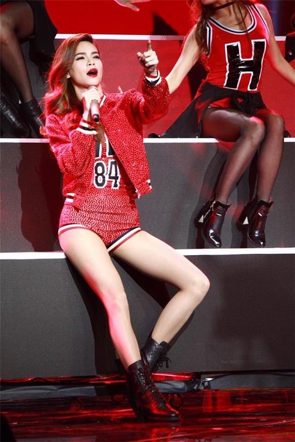 Hà là ngôi sao giải trí và biểu tượng thời trang mới của showbiz Việt.