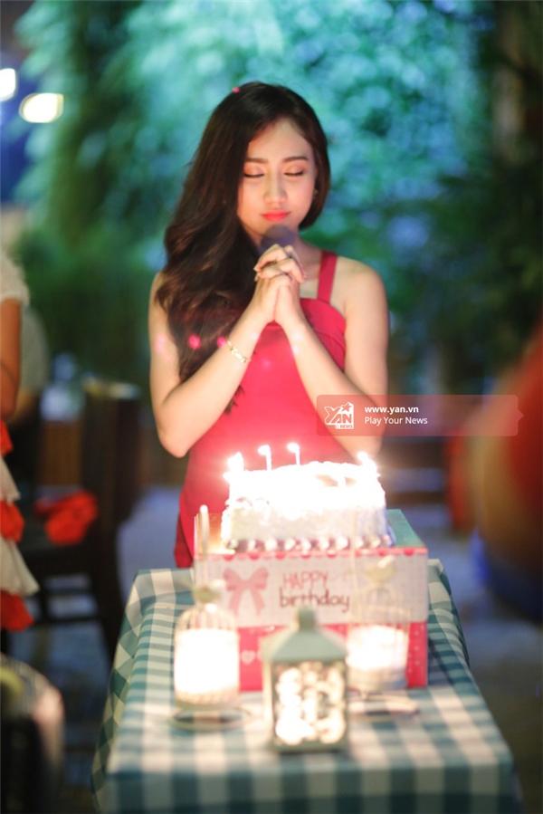 Cô nàng sở hữu nét đẹp tinh anh, trong sáng được nhiều fan yêu thích khi xuất hiện cạnh Sơn Tùng.