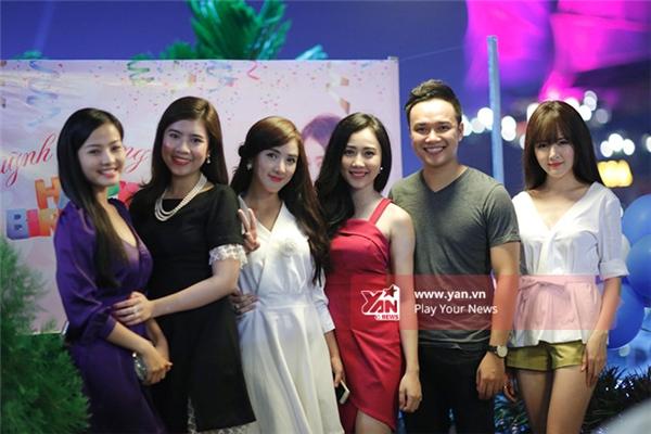 Những người bạn thân xuất hiện trong sinh nhật của Lona.