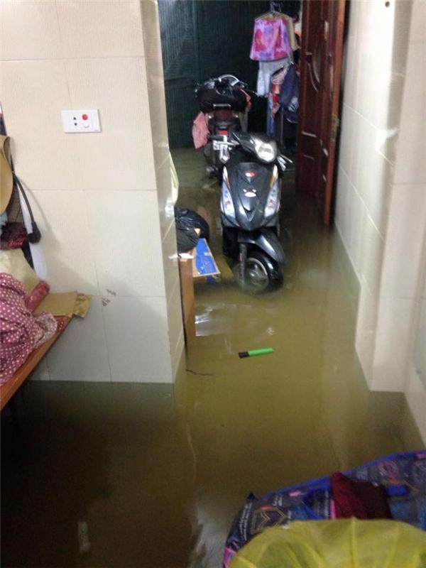 Nước tràn vào nhà gây hư hỏng đồ đạc. (Ảnh: FB)