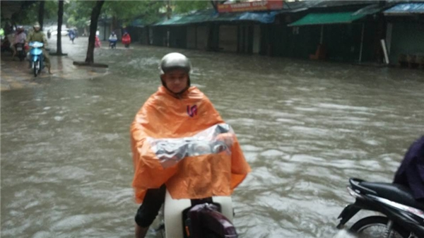 Hà Nội ngập kinh hoàng sau cơn mưa kéo dài suốt đêm