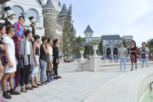 Khi vừa đến Nha Trang, bộ 3 giám khảo Samuel Hoàng, Thanh Hằng và Adrian Anh Tuấn đã bắt 9 chàng trai, cô gái thực hiện thử thách đặc biệt ở tập 8. Tại đây, từng thí sinh phải lần lượt đi trên cà kheo, và thực hiện bộ ảnh hóa thân thành những nhân vật ấn tượng trong lễ hội đường phố Carnival.