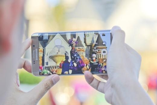 """Thay vào đó, anh sử dụng """"vũ khí bí mật"""" smartphone Samsung Galaxy S6 edge+ với khả năng bắt nét các chuyển động một cách chính xác."""