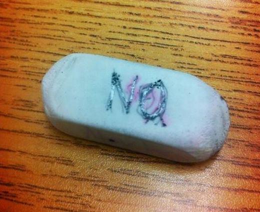 Viết chữ YES (có)hoặc NO (không)lên cục tẩy và bói, thậm chí là... kiểm tra trắc nghiệm. (Ảnh: Internet)