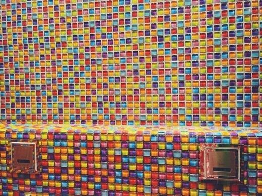 Tường phòng tắm cũng được trang trí bắt mắt.(Ảnh: Internet)