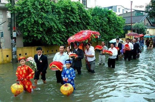 Thích thú với cảnh lội nước đón dâu mùa nước lũ
