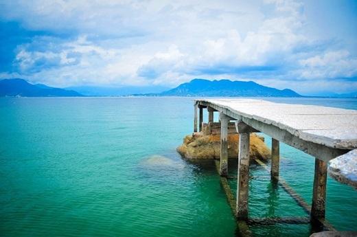 Nếu Bình Ba đã bắt đầu được nhiều khách du lịch chú ý thì Bình Lập hầu như vẫn còn là một viên ngọc thô ẩn mình chờ được khám phá. Cách trung tâm thành phố Nha Trang khoảng 90km, mất 2 giờ đi tàutừ cảng Ba Ngòi, Bình Lập gây ấn tượng mạnh mẽ và sâu sắc với du khách bởi màu nước xanh ngắt không một gợn bẩn.Thoạt nhìn cứ ngỡ như Maldives đã đượcdịch chuyểnvề Việt Nam vậy.(Nguồn: Internet)