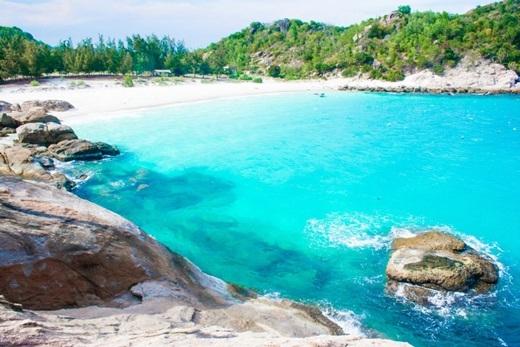 Đã đến Bình Lập, bạn sẽ bịBãi Ngang cuốn hútvớibờ cát trắng mịn, sạch sẽ, cộng với mặt biển phẳng như gương, nước xanh biếc, thoang thoảng vị mặn trong hơi nước do gió biển mang vào.(Nguồn: Internet)