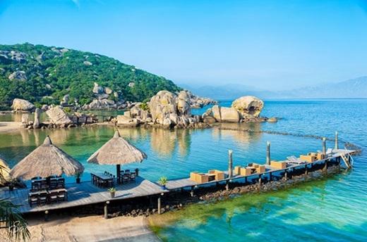 Một điểm hấp dẫn nữa của Bình Lập đó là lối kiến trúc của những khu resort không khác gì Maldives. Phần cầu cảng bằng gỗ dẫn ra biển tạo nên khung cảnh nên thơ và cảm giác lãng mạn cho du khách khi đi dạo hay ngồi ngắm biển.(Nguồn: Internet)