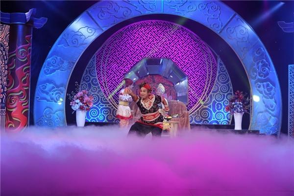 """Kể cả nghệ sĩ Trung Dân cũng đã phải trút hết tâm huyết vào màn múa Bollywood để """"mua vui"""" cho """"đại gia"""" Tiến Luật. - Tin sao Viet - Tin tuc sao Viet - Scandal sao Viet - Tin tuc cua Sao - Tin cua Sao"""