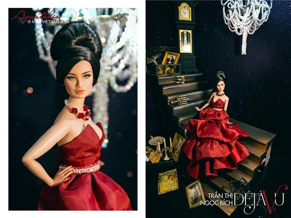 Thí sinh Trần Thị Ngọc Bích diện chiếc đầm phân tầng có tông đỏ rượu chát quyến rũ. Cô nàng được trang điểm, làm tóc theo phong cách cổ điển sang trọng.