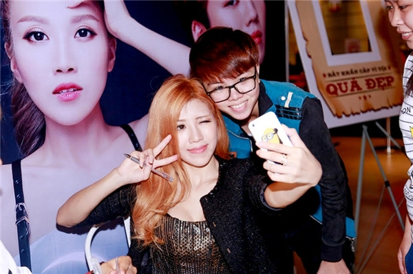 Thân thiện selfie với người hâm mộ. - Tin sao Viet - Tin tuc sao Viet - Scandal sao Viet - Tin tuc cua Sao - Tin cua Sao