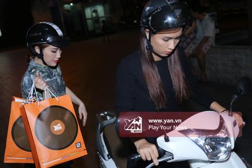 Cả hai người đẹp ăn mặcđơn giản và di chuyển bằng xe máy. - Tin sao Viet - Tin tuc sao Viet - Scandal sao Viet - Tin tuc cua Sao - Tin cua Sao
