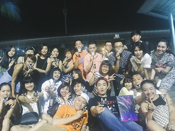Nhóm fan Việt xem Maroon 5 tại Thái Lan.