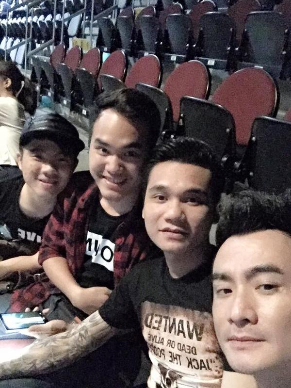 Khắc Hưng - Khắc Việt - Quang Mẫn trên khán đài show diễn Maroon 5 ngày thứ 2 ở Thái Lan.