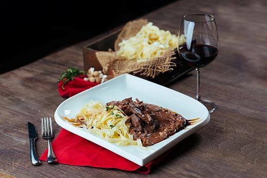 Món bò truyền thống của Zurich với sốt vang đỏ và nấm tươi dùng kèm với mỳ dẹt tagliatelle